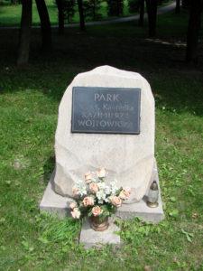 krasnobrod_-_pomnik_ks-_kazimierza_wojtowicza_w_parku_02_-_dsc03780_v1